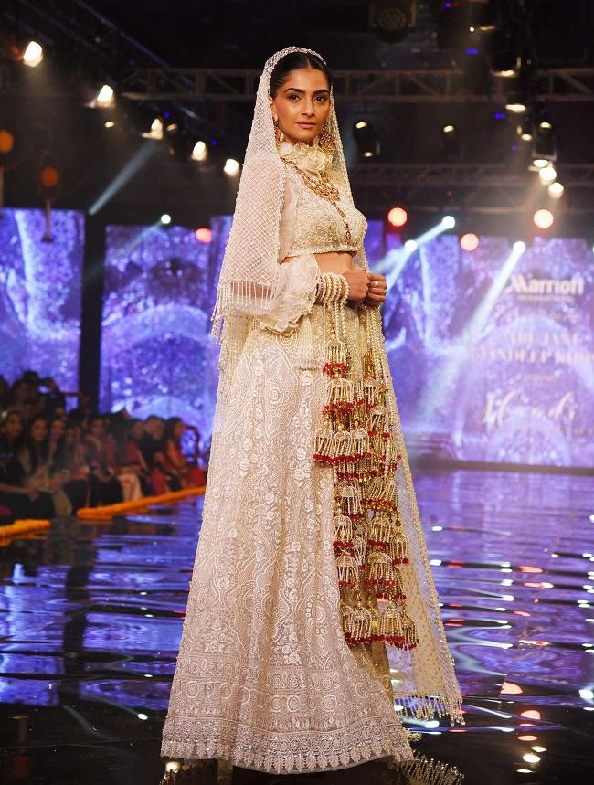 दिल्ली जाकर सोनम कपूर जब बनीं दुल्हन, देखें तस्वीरें