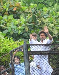 शाहरुख़ और सलमान ने इस प्रकार अपने फैंस को दी ईद की मुबारकबाद
