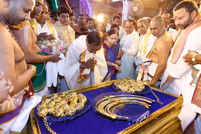 तेलंगाना cm ने भगवान को भेंट में दिए करोड़ों के स्वर्णाभूषण, देखें तस्वीरें