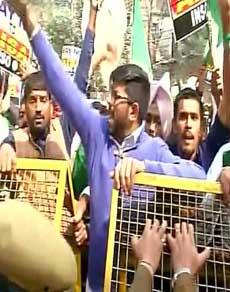 Photo: JNU कैंपस के बाहर भारतीय राष्ट्रीय छात्र संगठन का प्रदर्शन