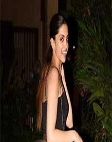 शाहिद की बर्थडे पार्टी में इस शानदार ड्रेस में नजर आयीं दीपिका, देखें तस्वीरें