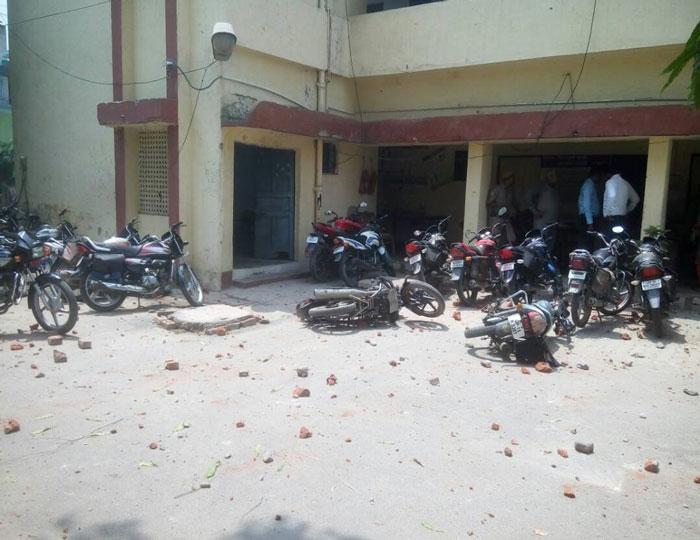 मेरठ और श्रीनगर में ईद की नमाज के बाद पुलिस और सुरक्षा बलों हुआ हमला, मेरठ में परीक्षितगढ़ थाना फूंकने का प्रयास, फायरिंग