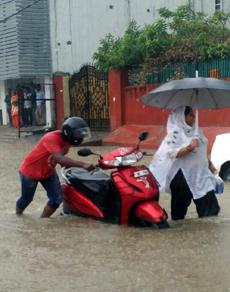 दिल्ली-NCR में बारिश ने रोकी वाहनों की रफ्तार, देखें तस्वीरें