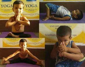 Photo: तीन साल का यह योग गुरु, आसनों को देख दांतों तले दबा लेंगे अंगुलियां