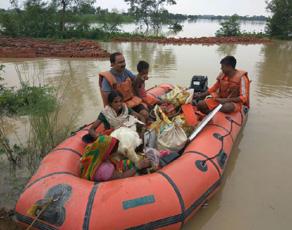बाढ़ में फंसे लोगों के लिए देवदूत बनी एनडीआरएफ व सेना, देखें तस्वीरें
