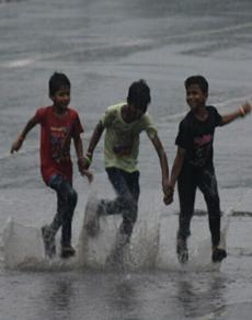 रक्षाबंधन के मौके पर बदला मौसम, तस्वीरों में देखें झमाझम बारिश