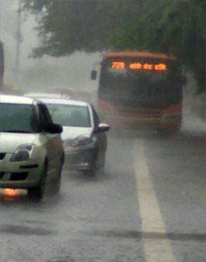 दिल्ली में हुई झमाझम बारिश, देखें तस्वीरें