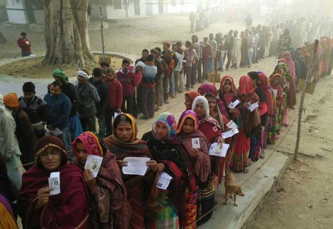 यूपी चुनाव 2017 : तीसरे चरण के लिए वोटिंग जारी, मतदान केंद्रों पर लंबी कतारें
