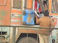 आगरा में स्कूल-कॉलेजों को छोड़ ट्रकों से वसूली में मस्त पुलिस