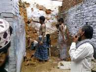 मदरसे में बच्चों से करवा रहे मजदूरी