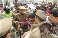 आगरा में देशी शराब ठेके पर डबल मर्डर, पुलिस ने चलाई लाठी