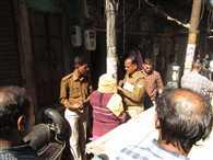 आगरा के कश्मीरी बाजार में पुलिस का छापा, थाने से छोड़ा