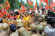 भाजपा महिला कार्यकर्ताओं पर जमकर भांजी लाठियां