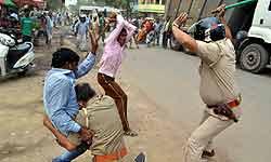 कानपुर: ICU में रेप के मामले में फूटा भीड़ का गुस्सा, सड़कों पर हुआ तांडव, 1 दर्जन पुलिसकर्मी घायल