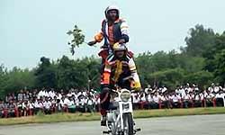 वीडियो: आर्मी के जवानों ने बाइक पर दिखाए हैरतअंगेज कारनामे