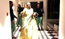 'चुरा के दिल मेरा' गाने पर hot swag में वरमाला के लिए पहुंची दिल्ली की दुल्हन