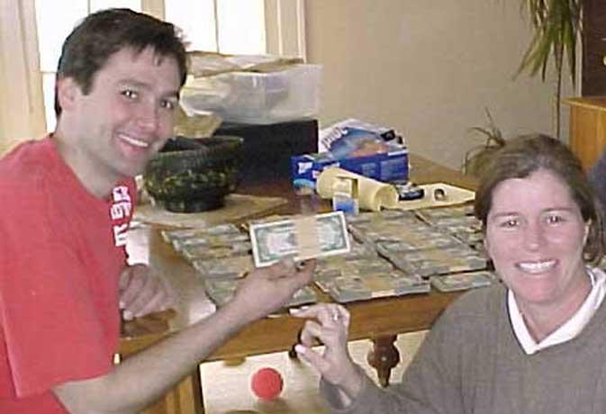 भगवान देता है तो छप्पर फाड़कर...किसी को बाथरूम में मिले $1.82 लाख तो किसी के हाथ लगा दुर्लभ पोस्टर