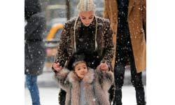जब मम्मा किम कार्देशियां ने बेटी नॉर्थ को सिखाई बर्फ पर स्केटिंग