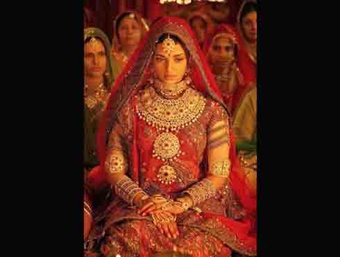 Indian Outfit में हॉट सितारे : भारतीय परिधान जो बन गए बॉलीवुड की शान