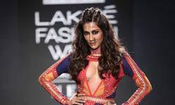 लैक्मे फैशन वीक : चित्रांगदा सिंह बोल्ड, तो दिया नजर आईं साड़ी वाले लुक में