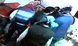 यूपी: बरेली में ज्वैलर के घर हुई 40 लाख की डकैती, देखें लाइव सीसीटीवी वीडियो