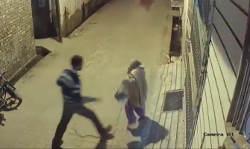 वो आदमी बूढ़ी महिला को मारता पीटता और घसीटता रहा और लोग अनदेखा कर, गुजरते रहे