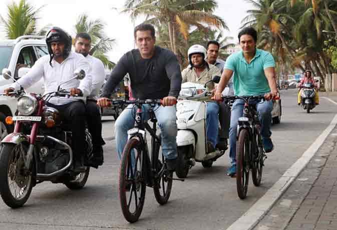 SRK के घर के सामने से साइकिल चलाते निकले सलमान, चिल्लाने लगे - शाहरुख-शाहरुख