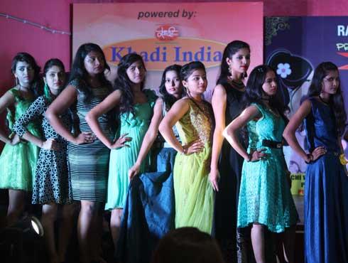 रांची वीमेंस कॉलेज के फैशन डिपार्टमेंट में सावन फेस्ट में छात्राओं ने जमकर की मस्ती