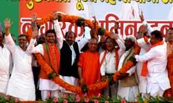 सीएम बनकर पहली बार गोरखपुर पहुंचे योगी आदित्यनाथ, स्वागत में खड़ा हुआ पूरा शहर