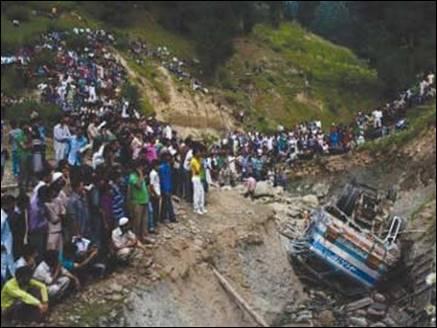 अमरनाथ यात्रा पर जा रही बस खाई में गिरी, 16 की मौत व 35 घायल