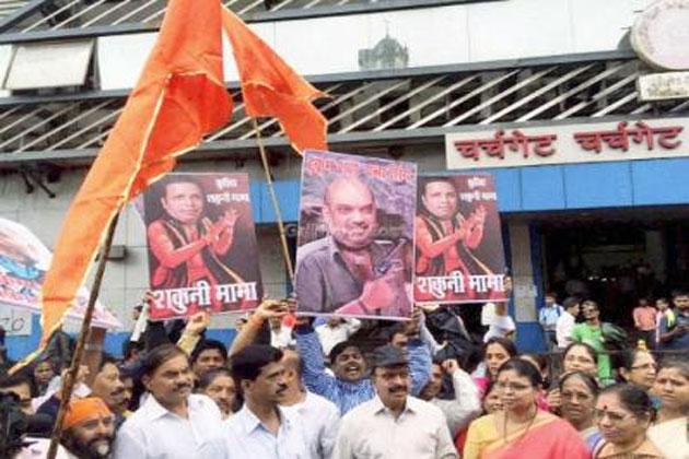महाराष्ट्र में शिव सैनिकों ने जलाया शाह का पोस्टर, भाजपा ने दी चेताव