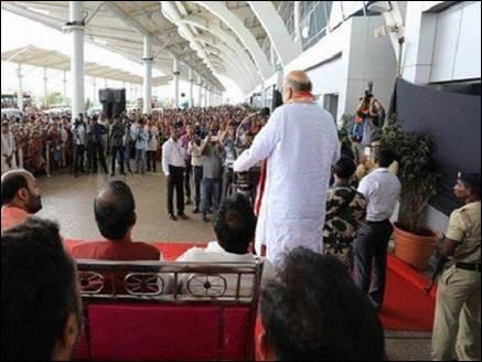 एयरपोर्ट पर शाह की बैठक से भड़की कांग्रेस, उठाई जांच की मांग