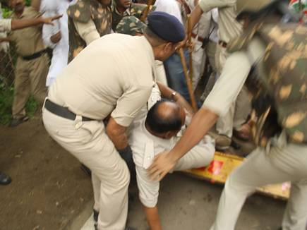 धक्का -मुक्की में गिरे एएसपी तो पुलिस ने कांग्रेसियों  पर भांजी लाठिया