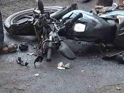 ओबैदुल्लागंज के समीप अज्ञात वाहन की टक्कर से बाइक सवार तीन युवकों की