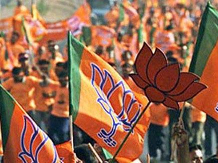 होली से पहले भगवा हुआ यूपी, 300 सीटों की ओर BJP