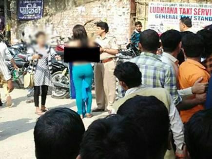बैंक की लाइन से तंग आकर लड़की ने भीड़ के सामने उतारे कपड़े