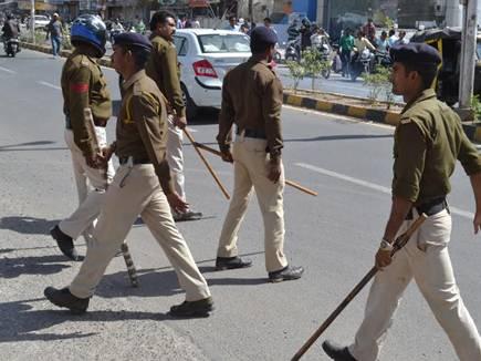 धार : गुस्साए हिंदु संगठनों के कार्यकर्ताओं ने  किया पथराव,आगजनी