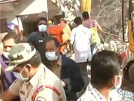 हैदराबाद में 7 मंजिला इमारत गिरी, 3 की मौत, बचाव कार्य जारी