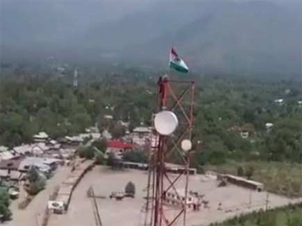 बुरहान के गांव में जान की बाजी लगाकर पाकिस्तानी झंडा उतारकर फहराया तिर
