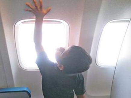 इमरजेंसी लैंडिंग के बाद विमान में ही छूट गया बच्चा