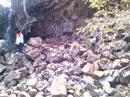 शिव मंदिर पहाडी से धंसकने से छह दबे,बचाव कार्य जारी