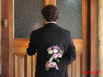 man knocking door 15 04 2017