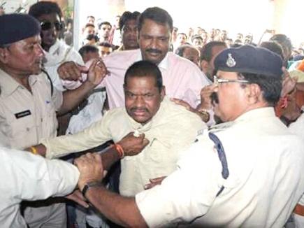 देवास: सिपाही  ने पकड़ी सांसद की कॉलर,TI अटैच, जवान निलम्बित