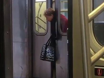 मेट्रो के गेट के बीच फंस गया महिला का सिर, तमाशबीन बने रहे लोग