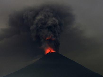 ज्वालामुखी से उठा दो किमी ऊंचा राख का गुबार