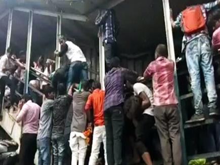मुंबई के एलफिंस्टन स्टेशन पर भगदड़ में 22 की मौत, मृतकों को मिलेगा 10