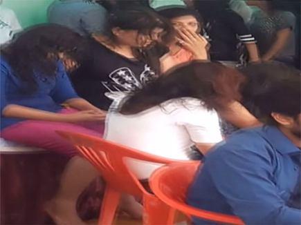 नशे में धुत्त लड़कियों ने ऐसा मचाया धमाल कि ग्रामीण भी शरमा गए,पुलिस ने