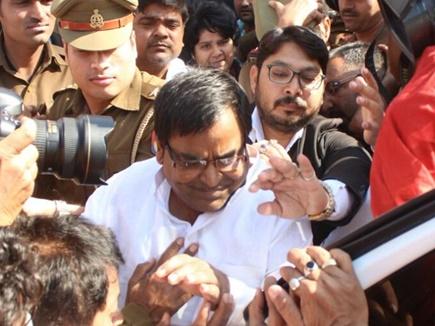 सपा नेता गायत्री प्रजापति  गिरफ्तार,गैंगरेप का आरोप