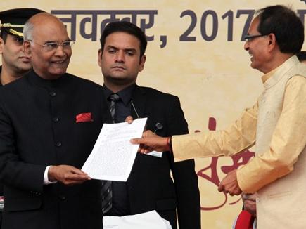 रामपाल के समर्थकों ने किया हंगामा, मुख्यमंत्री ने राष्ट्रपति को सौंपा