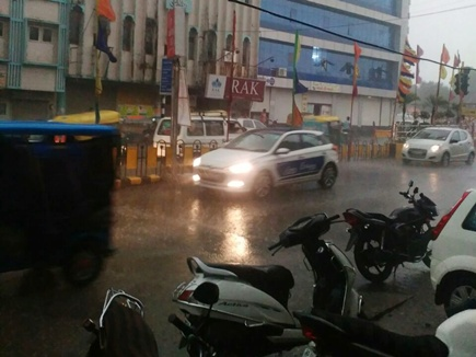 उज्जैन सिंहस्थ मेले में तेज हवाओं के साथ बारिश, हजारों लोग फंसे